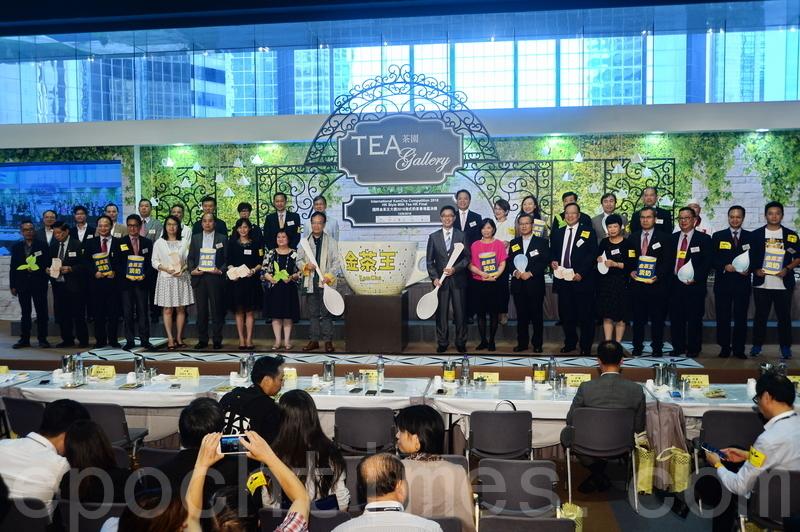 國際金茶王大賽2016香港區決賽今舉行,12位選手從60名參賽者中突圍,12日比賽歷經撈茶、沖茶、焗茶、撞茶等多個程序,泡出最後成品。(宋祥龍/大紀元)