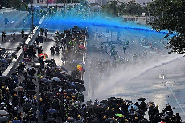 2019年9月15日,香港警察對抗議者發射水炮。(NICOLAS ASFOURI/AFP via Getty Images)