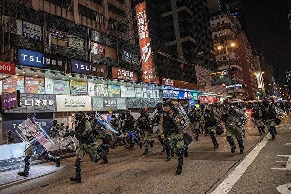 2019年12月1日,香港警察在彌敦道衝向抗議者。(NICOLAS ASFOURI/AFP via Getty Images)
