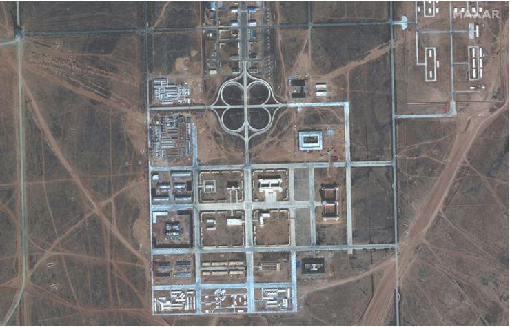 彭博社10月8日報道,一張9月29日拍攝的衛星圖像,顯示了內蒙古的一個中共軍事訓練基地,其中包括台灣總統府等攻擊目標完整的建築複製品。(網絡截圖/Maxar Technologies via Bloomberg)