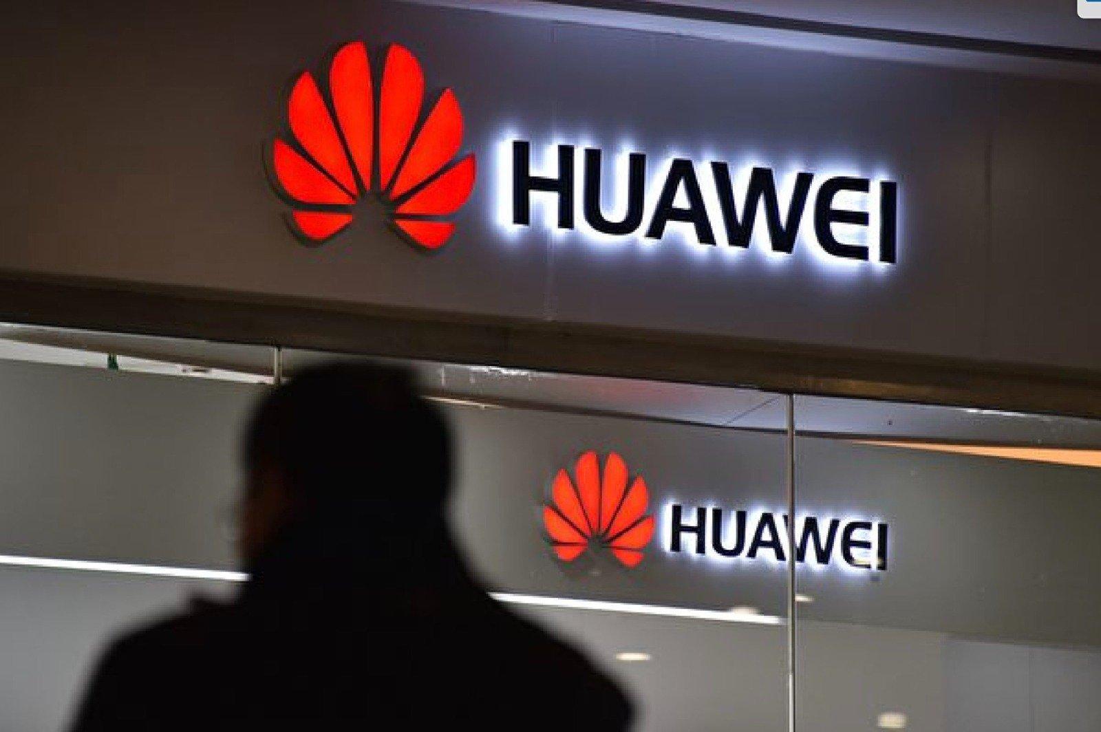 據大陸媒體報道,在最近兩個月的大陸手機網絡銷量排名中,華為跌出前五名,iPhone則位居榜首。(GREG BAKER/AFP/Getty Images)