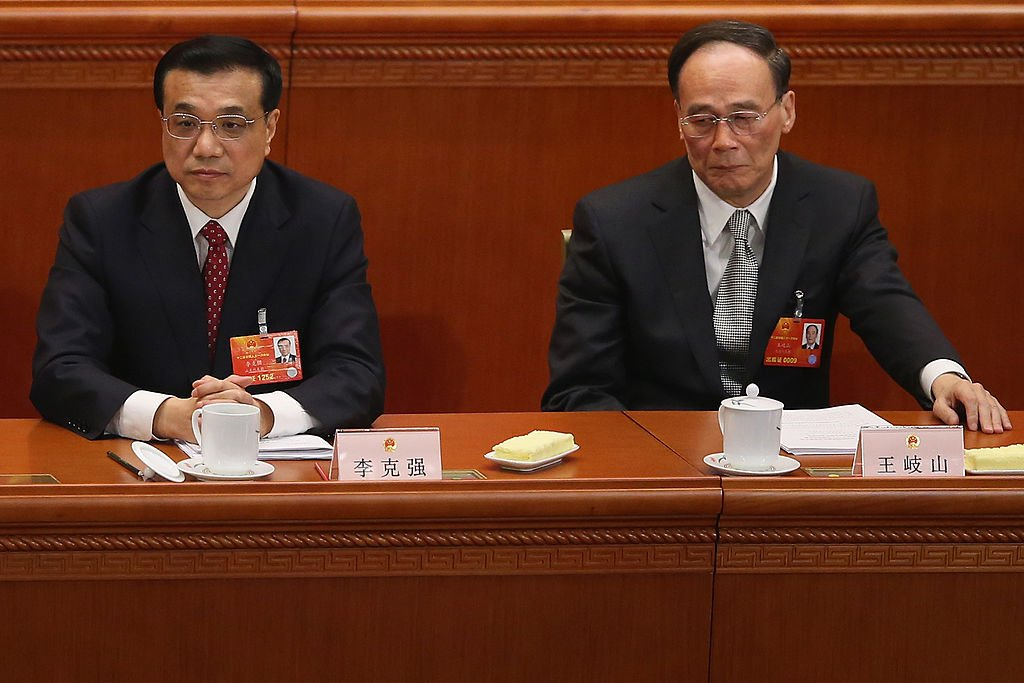 王岐山身邊人接連出事,李克強也遭農民集體起訴。學者分析,中共黨內混戰,可能令五中全會出現政治變數。( Lintao Zhang/Getty Images)