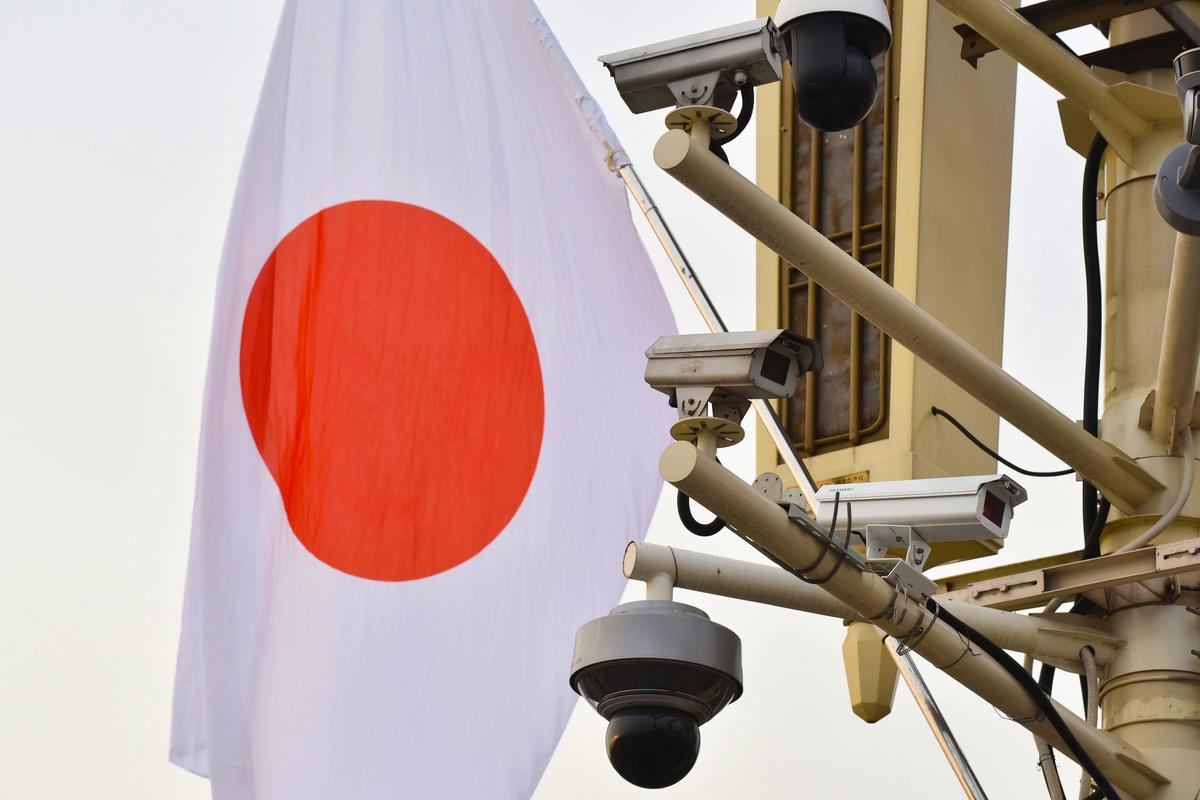 日本時尚品牌「飾夢樂」(Shimala)的母公司Shimamura將在2020年11月前關閉其在大陸剩餘的全部門店。圖為天安門廣場上懸掛的日本國旗。(GREG BAKER / AFP)