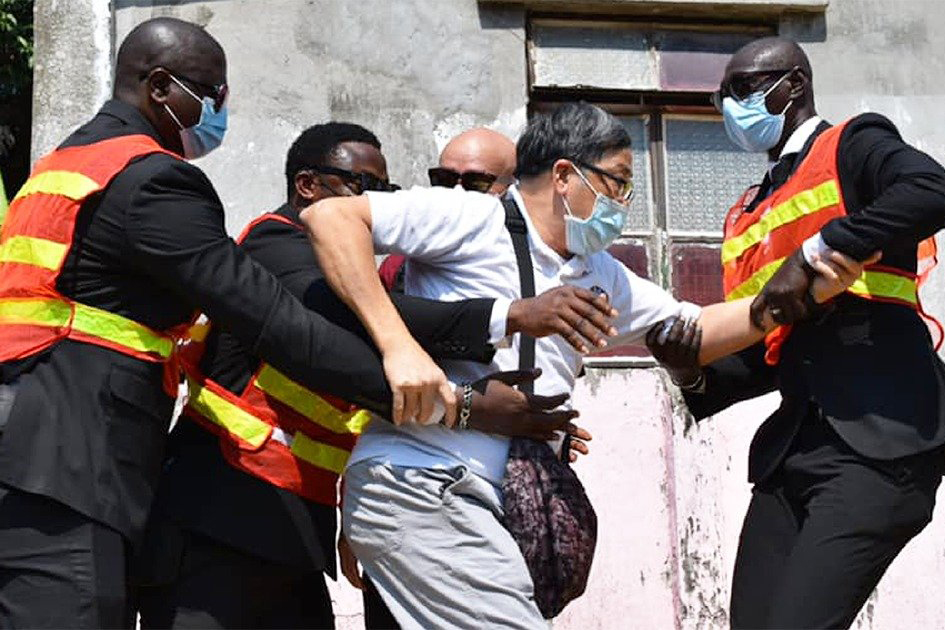 10月10日,嘗試進入屯門紅樓參加雙十節升旗禮的香港市民被保安阻攔。(立場新聞)
