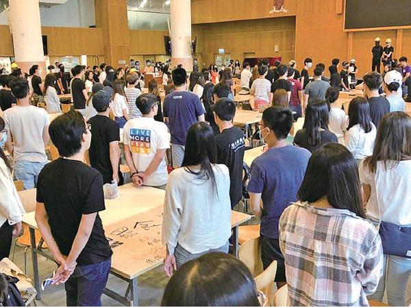 2019年9月24日,參加罷食美心行動的中文大學學生在餐廳內隨樂曲詠唱《願榮光歸香港》,又高叫口號「五大訴求,缺一不可」、「有美心,無良心」等口號。(大紀元資料圖片)