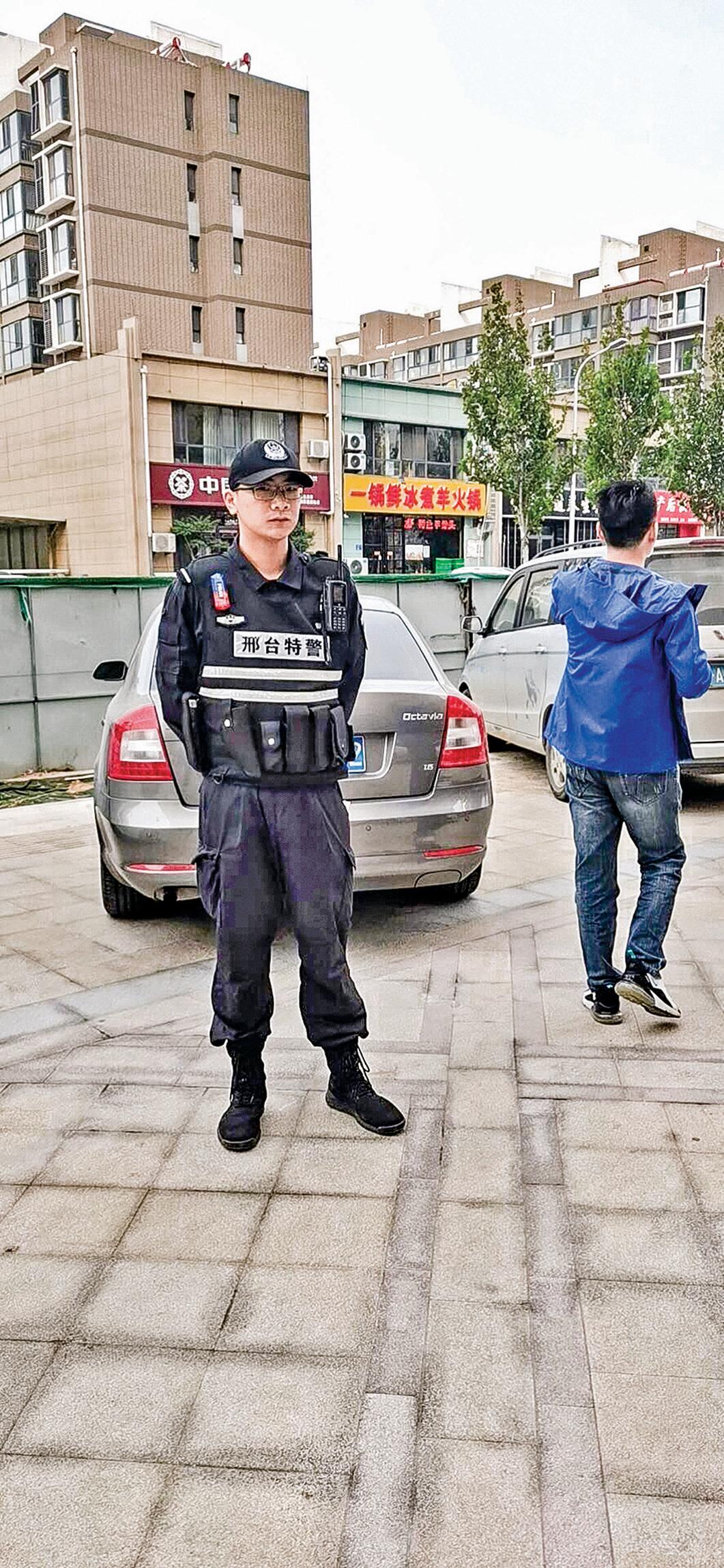 10月6日,在韓慶芳家門口實施抓捕的邢台特警。(受訪者提供)