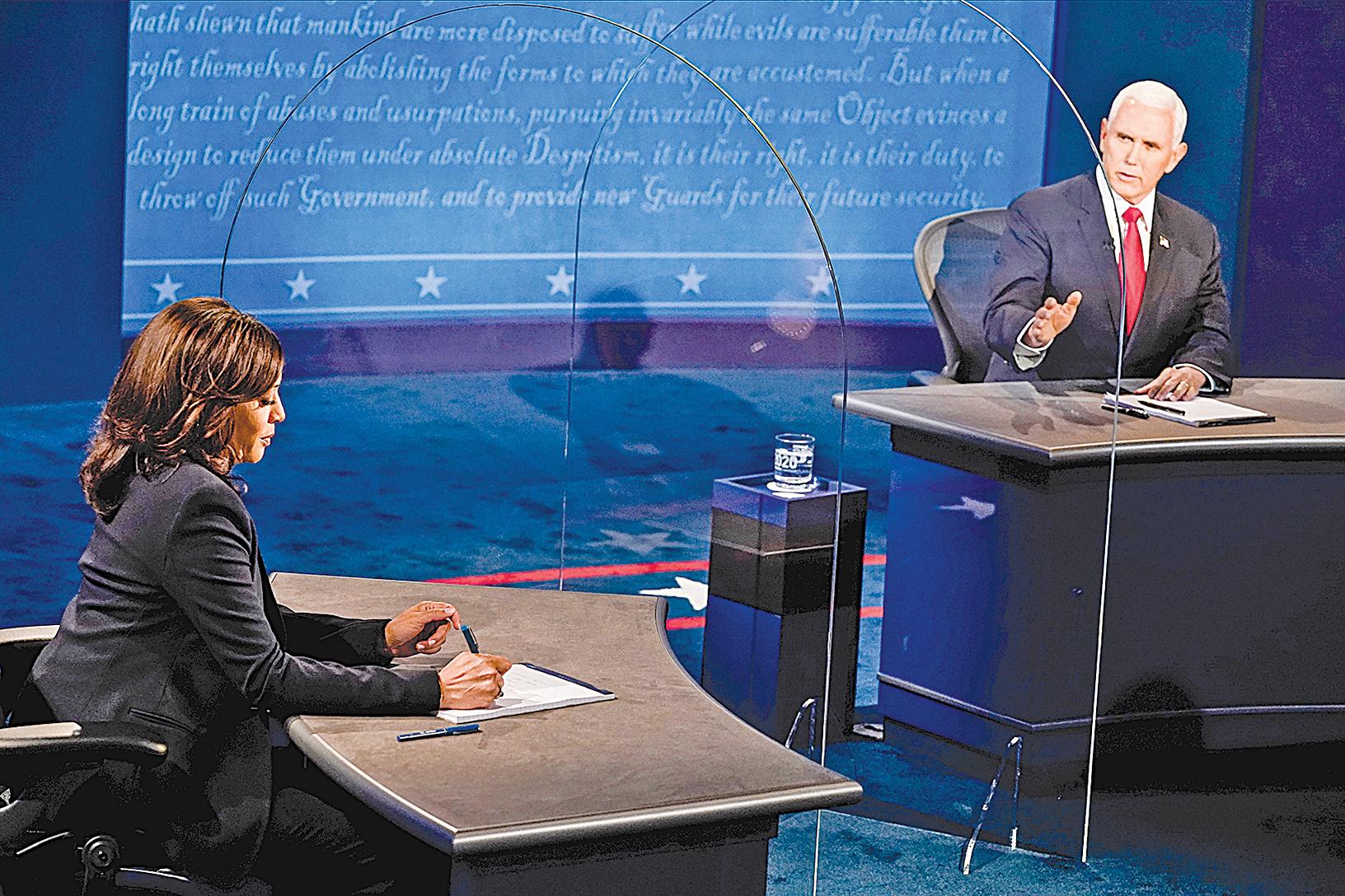 2020年10月7日,美國副總統米克彭斯(Mike Pence,右)和美國民主黨副總統候選人參議員賀錦麗(Kamala Harris,左),在猶他州鹽湖城參加2020美國大選唯一的一場副總統候選人辯論。(Morry Gash-Pool/Getty Images)