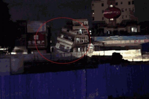 8月13日晚上,莞惠城軌東莞常平段再次發生地陷,造成三棟民房先後倒塌,這已經是當地四年來第七次發生坍塌事故。圖為一倒塌中的樓房。(網絡圖片)
