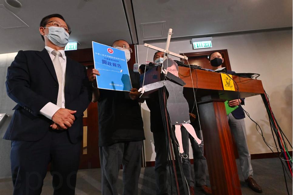 10月12日,民主派立法會議員批評特首林鄭月娥臨時延後發表《施政報告》,形容她如中共的「扯線公仔」。(宋碧龍/大紀元)