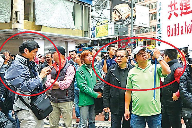「保衛香港運動」成員(紅圈左),曾經出現在銅鑼灣青關會(紅圈右為青關會頭目楊江及林國安)侵擾法輪功真相點的現場。(大紀元資料圖片)