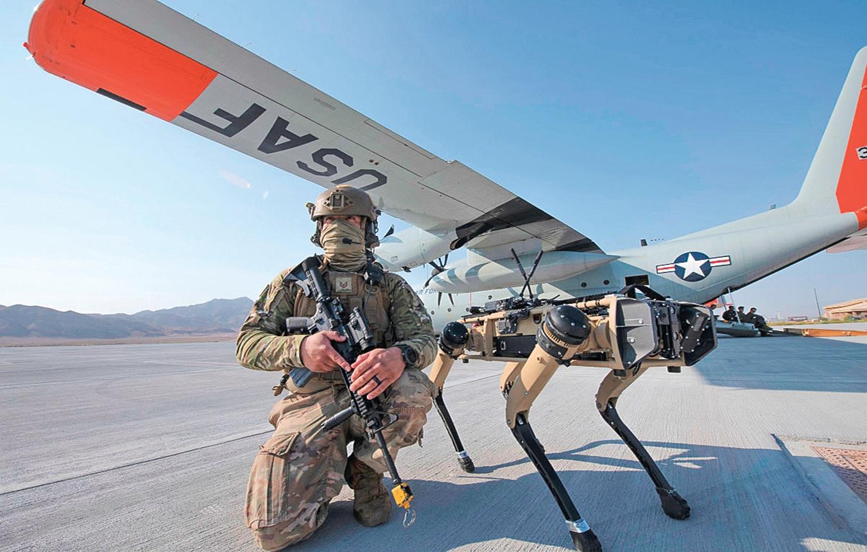 前不久,在美國莫哈韋沙漠的一個空軍基地,四足機器狗從一架美國空軍C-130飛機中走出,開始在地面執行周邊防禦任務,偵察飛機外部的威脅。(Tech. Sgt. Cory D. Payne/美國空軍)