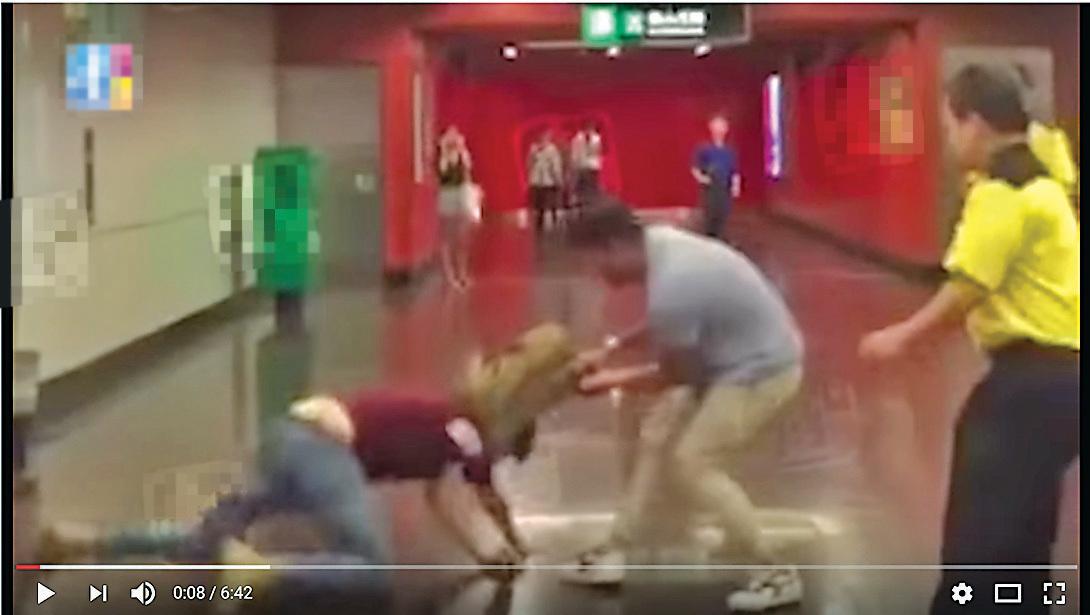 梁天琦(紅衣)前日深夜被人尾隨襲擊,施襲者被網民認出為《大公報》記者。(壹週刊片段截圖)