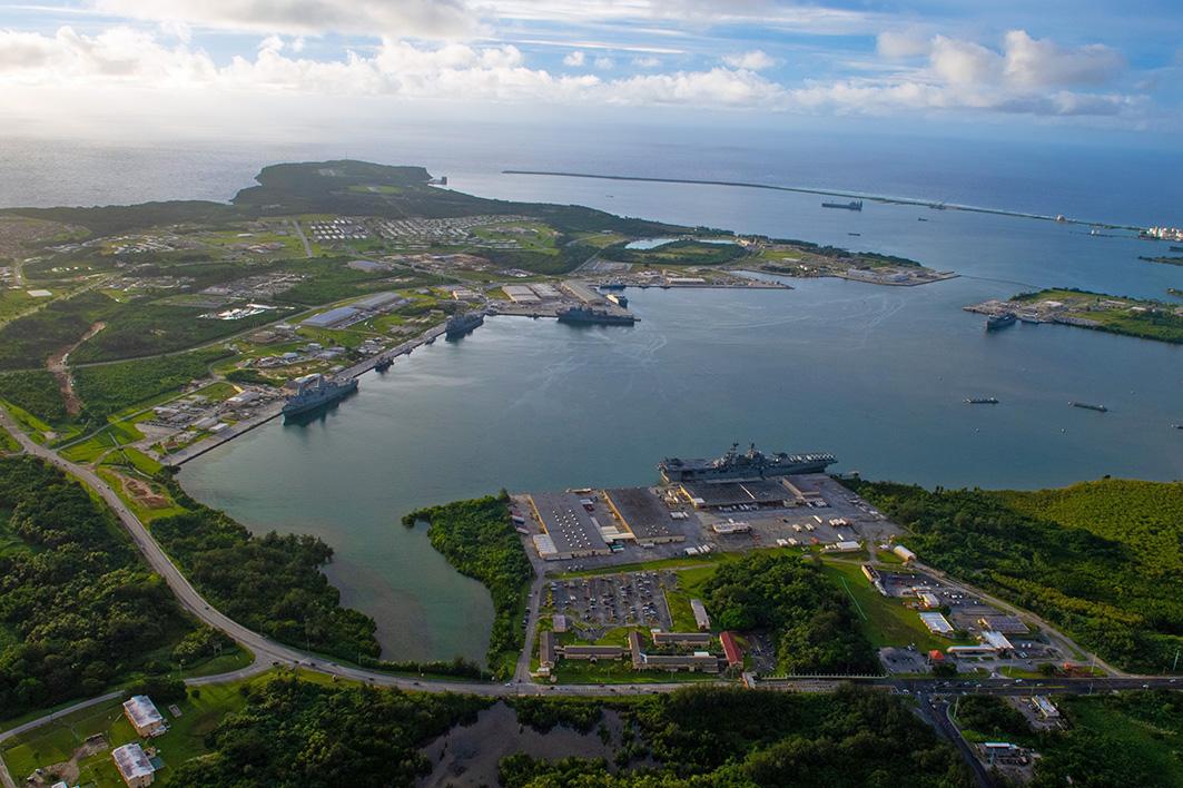 2020年10月1日,美國海軍基地關島,停泊著美利堅號兩棲攻擊艦(LHA 6),新奧爾良號兩棲登陸艦(LPD 18)和德國城號兩棲登陸艦(LSD 42),保持最高水準的戰備狀態,以支持美國第七艦隊在印度太平洋的安全與穩定使命。(Mass Communication Specialist 2nd Class Nick Bauer/美國海軍)