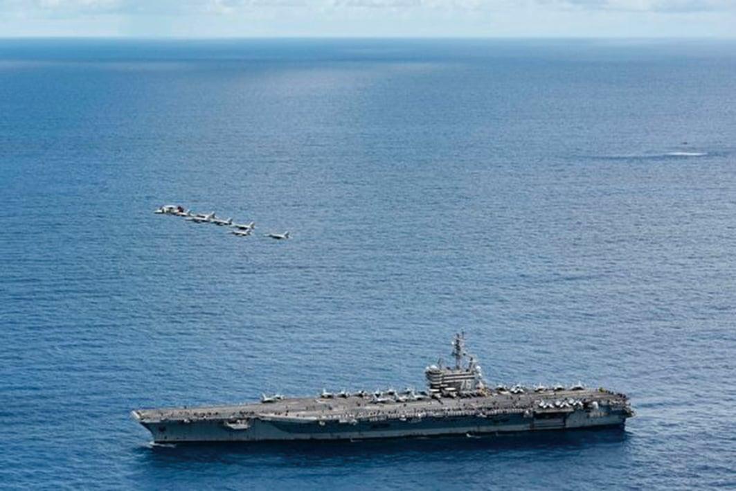2020 年 9 月 29 日,菲律賓海域,列根號航母(CVN 76)進行空中力量演示,同時展示了艦隊海上火力和機動性。(Mass Communication Specialist 3rd Class Jason Tarleton/美國海軍)