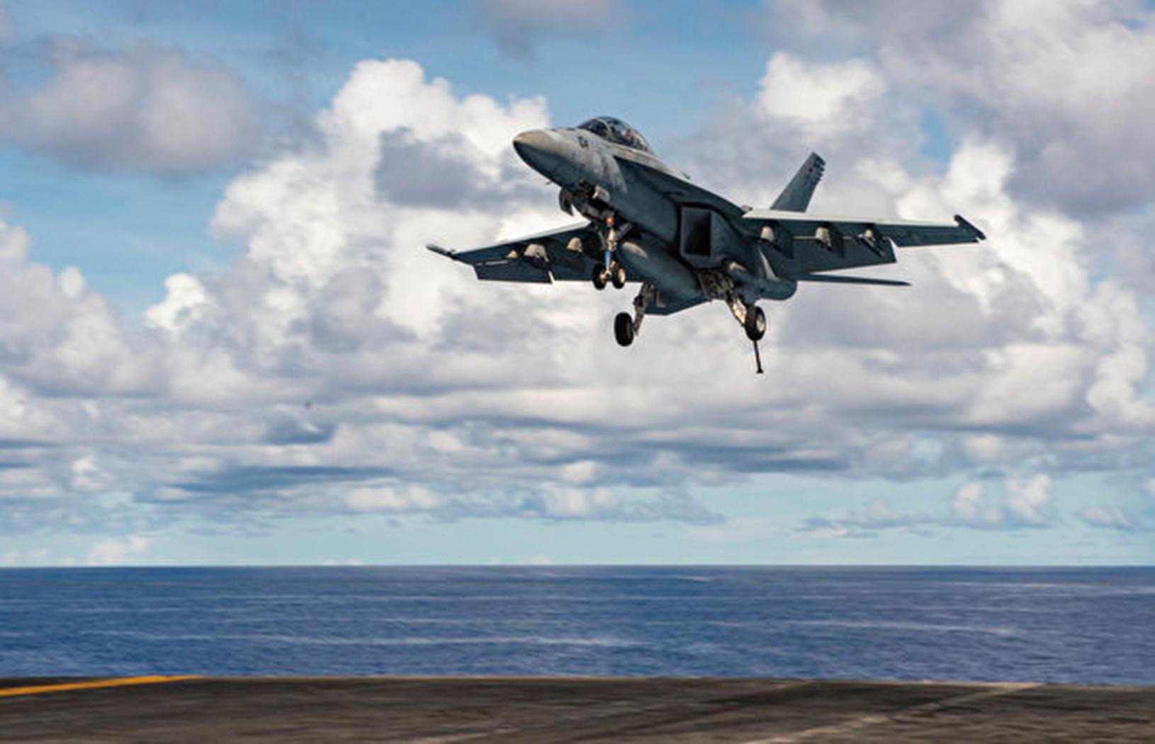 2020年9月27日,在菲律賓海域,一架F/A-18F超級大黃蜂戰機正在列根號航空母艦(CVN 76)上降落。(Mass Communication Specialist 2nd Class Erica Bechard/美國海軍)