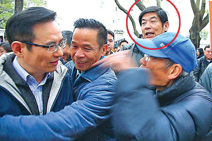 2014年2月16日,同一名「保衛香港運動」成員(紅圈)出現在城市《城市論壇》謾罵攻擊。(大紀元資料圖片)