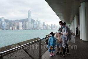 【圖片新聞】八號風球下港人尖沙咀追風