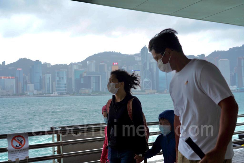 有香港市民在追風。(余鋼/大紀元)