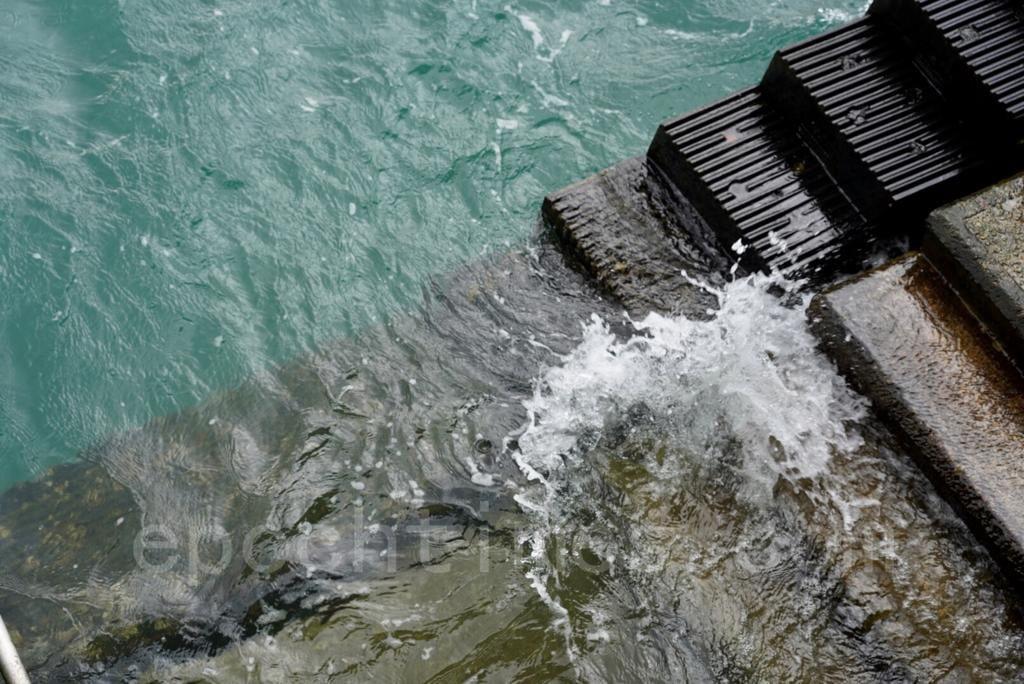海面雖有白頭浪,不過風勢未見明顯增強。(余鋼/大紀元)