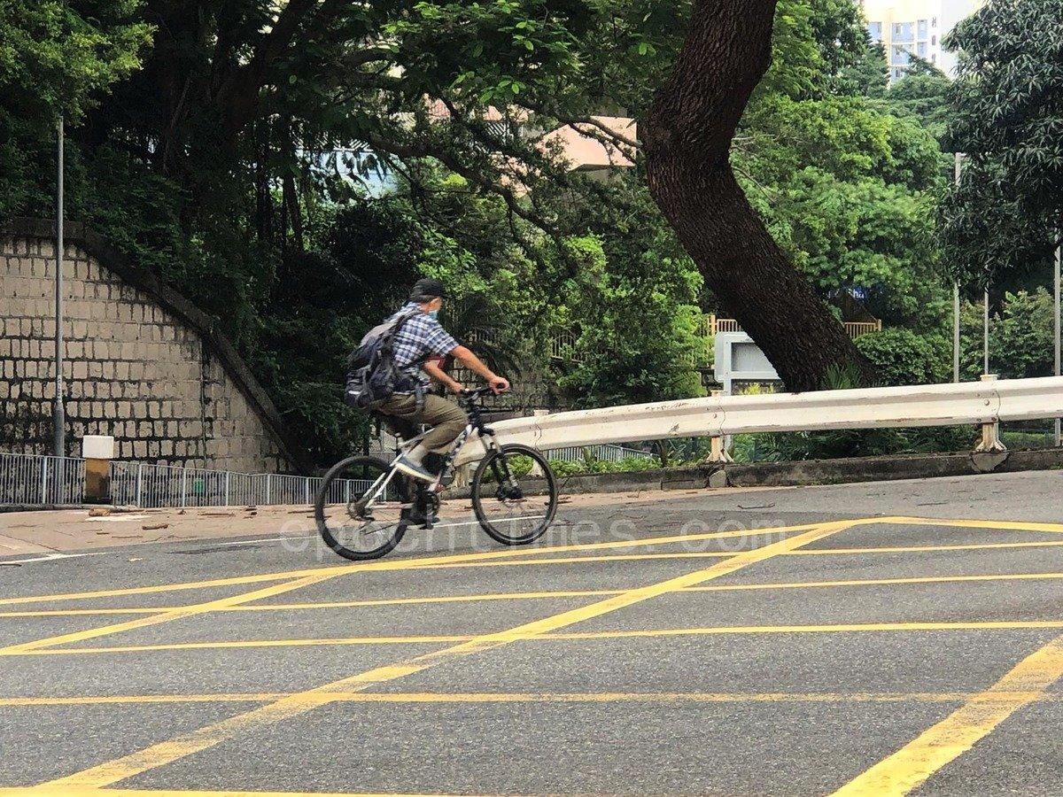 八號風球下,還有市民在騎單車。(梁珍/大紀元)
