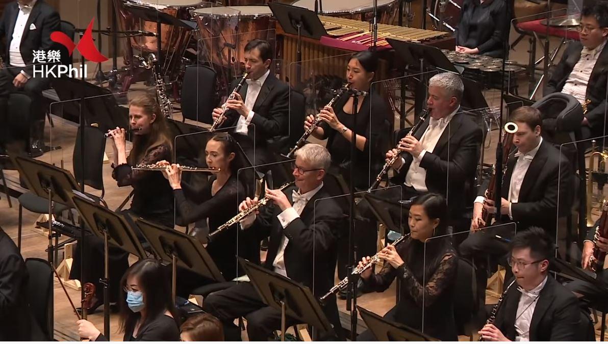 香港管弦樂團10月9日的演出視頻顯示,吹奏管樂器的樂手無法戴口罩。(視頻截圖)