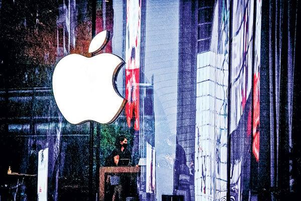 圖為泰國曼谷新開張的一家蘋果專賣店外的公司標誌。(Getty Images)