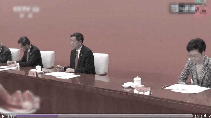 鄭月娥遭「隔離」,不但坐在第2排枱邊座位,還與旁邊的中央領導人間隔一張桌子的距離。(影片截圖)
