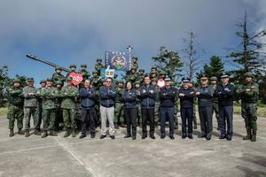 習蔡同日視察軍隊 蔡英文:台灣站上捍衛民主前線