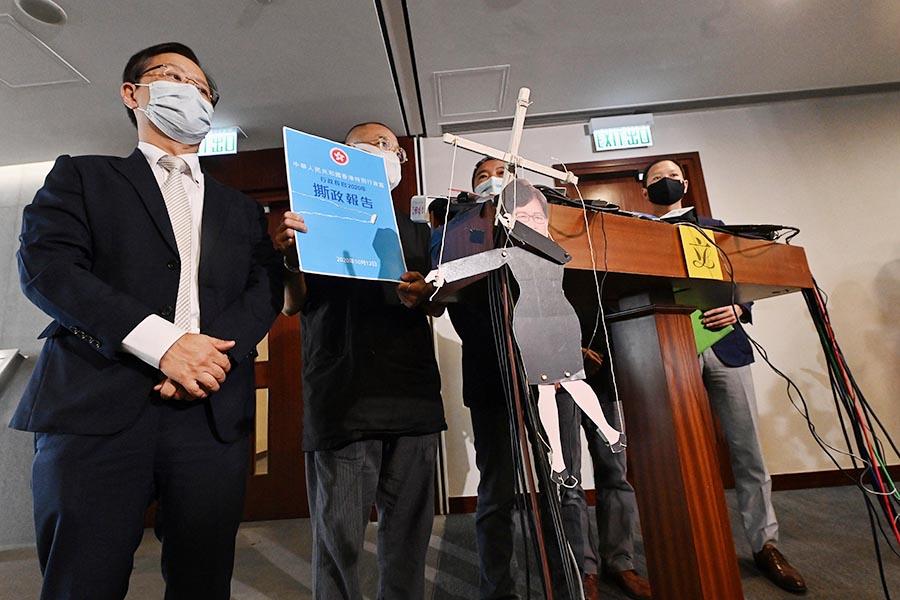 10月12日,民主派立法會議員批評特首林鄭月娥臨時延後發表《施政報告》,形容她如中共的「扯線公仔」。(大紀元資料圖片)