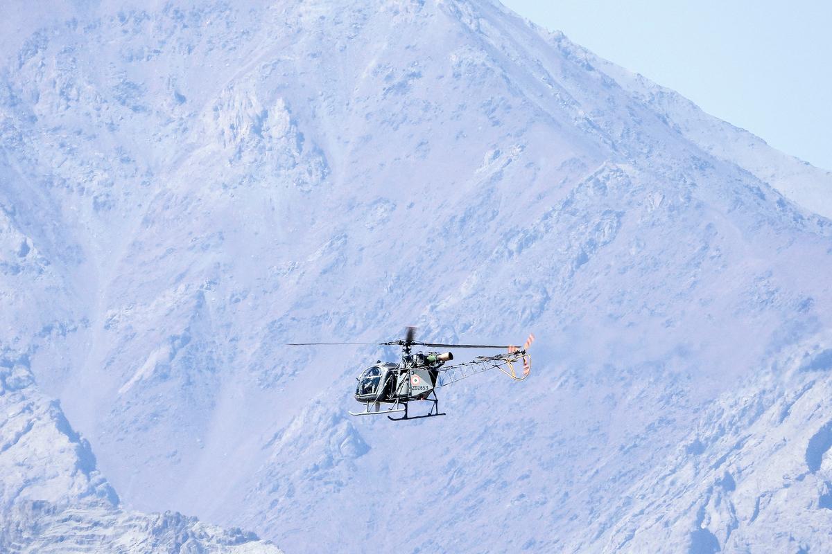 2020年9月10日,一架印度直升機飛越與中國接壤的列城附近的山脈上空。(MOHD ARHAAN ARCHER/AFP via Getty Images)