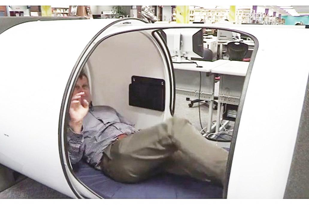 加拿大溫哥華一所大學在圖書館設立睡眠艙為學生提供小睡場所。(視頻截圖)