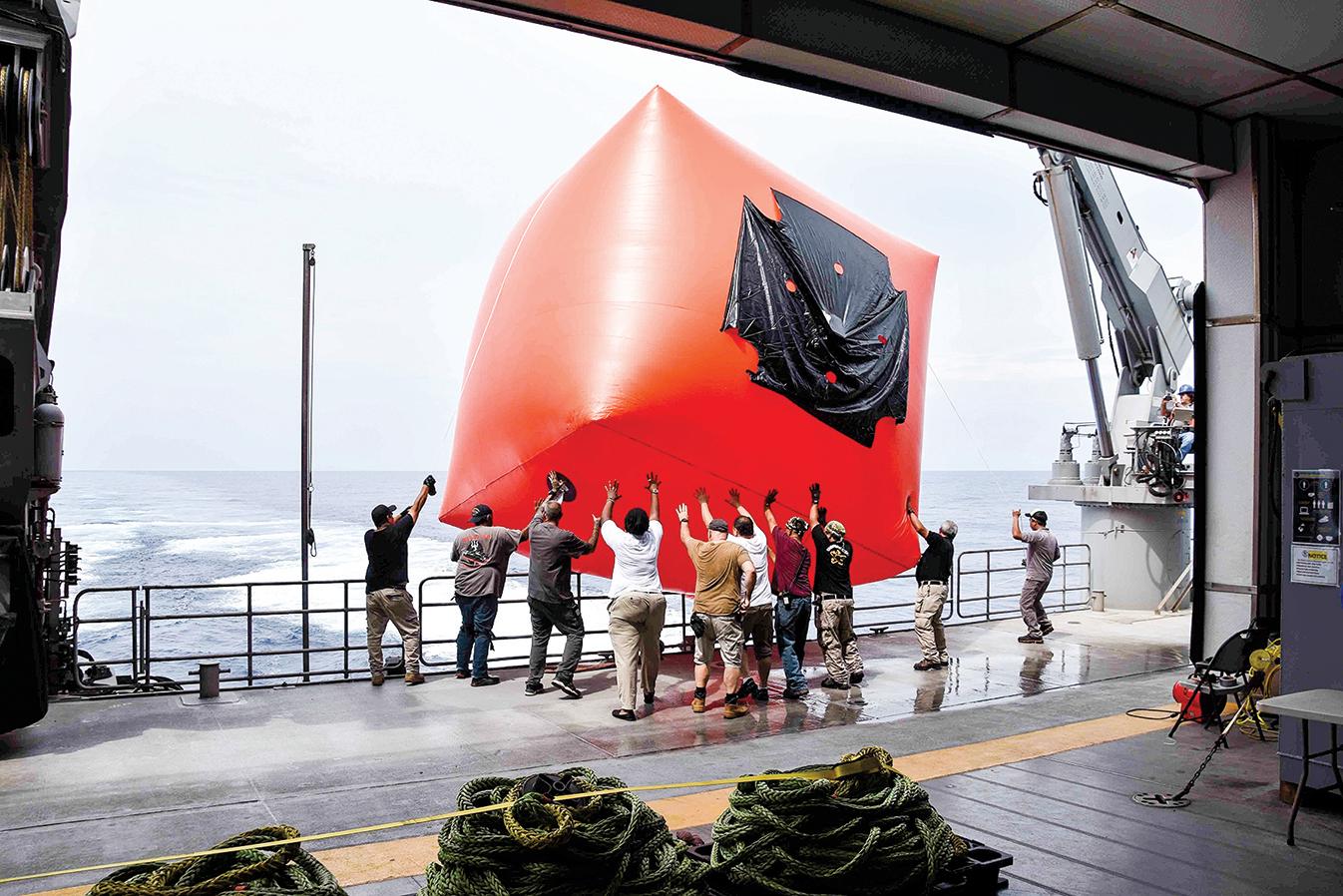 2020年10月6日,美軍與文萊海、空軍在南中國海域演習之前,釋放了「殺手番茄」實彈射擊目標。(Lt. Alexander Laabs∕美國海軍)