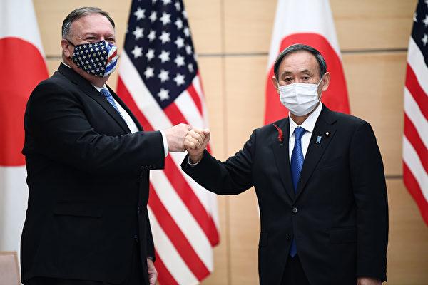 日本首相菅義偉計劃將在本月訪問東南亞,其中包括與相關國家聯手抵抗中共的擴張。圖為2020年10月6日,在日本東京,美國國務卿蓬佩奧和日本首相菅義偉在日本首相辦公室會面。(CHARLY TRIBALLEAUPOOLAFP via Getty Images)
