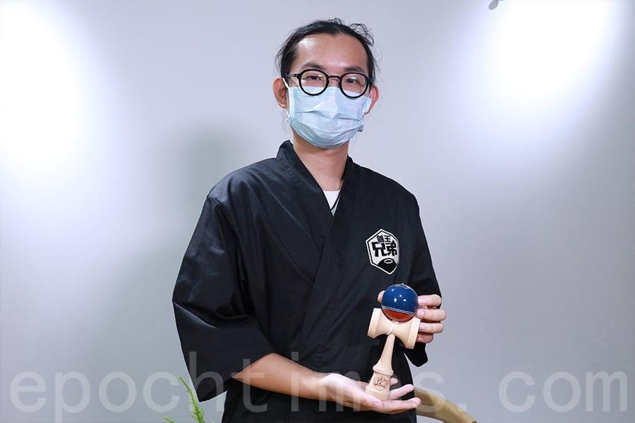 李浩翔將自家設計的劍球推出市場,不但可以解決自己練習的道具問題,還可以幫助更多人認識劍球運動。(陳仲明/大紀元)