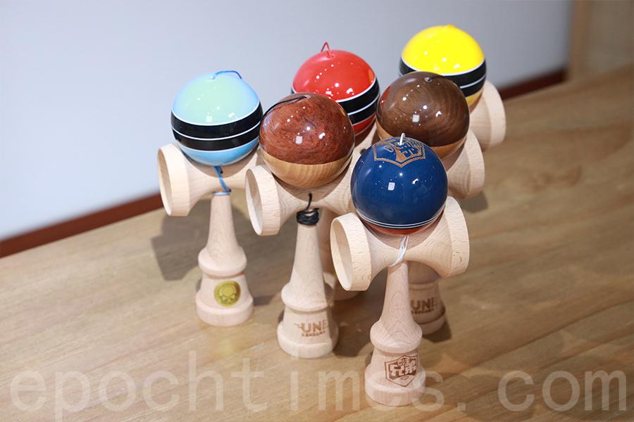 「劍玉兄弟」推出不同的劍球款式。(陳仲明/大紀元)