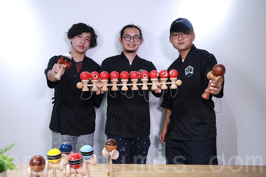 李浩翔(中)的得意門生——潘昊臨(右)、黃梓軒(左)如今是劍球教練。(陳仲明/大紀元)