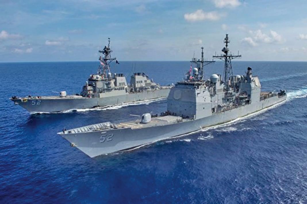 圖為美國巡洋艦「碉堡山號」(USS Bunker Hill,圖片前方)與導彈驅逐艦「貝瑞號」(USS Barry)4月18日在南中國海交會。(US Navy Photo)
