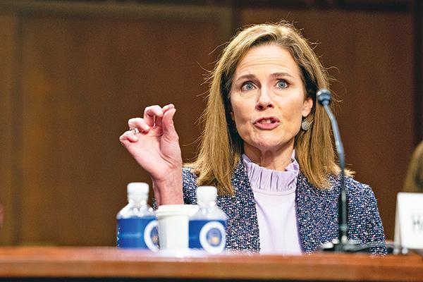 美國最高法院大法官提名人巴雷特14日回答參議員提問。(Getty Images)