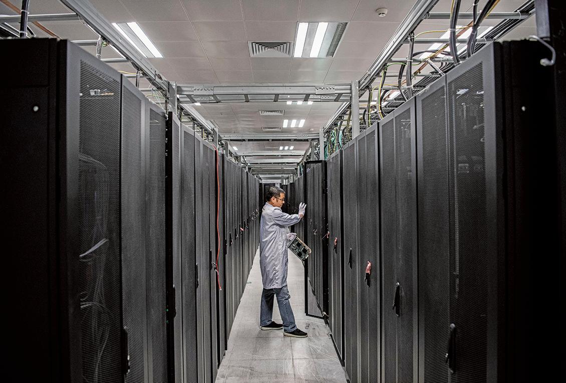 圖為2019年4月,華為工程師在東莞舉行的網絡安全參觀中打開門展示一個服務器單元。(Kevin Frayer/Getty Images)