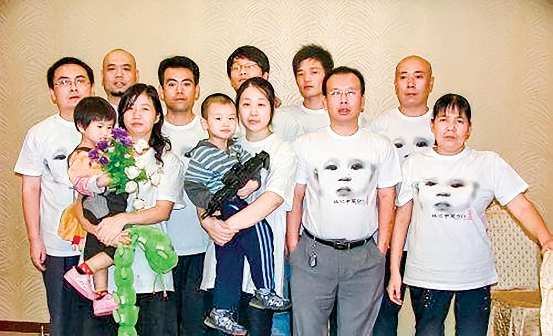 結石寶寶周年(中國911紀念日)前排左起:蔣亞林(抱女孩的)、李雪梅(抱男孩的)、趙連海、郭彩虹。後排左起:彭劍(公盟律師)、屠夫、侯榮波、張永攀(志願者)、周金鐘、相慶玉。(網絡圖片)
