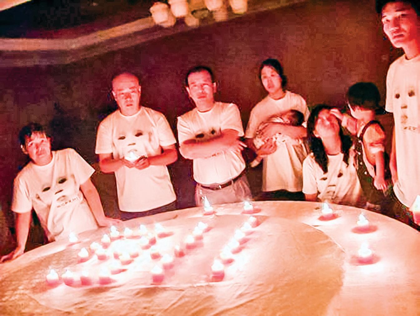 2009年9月11日,結石寶寶家長在北京點燃「911」進行周年紀念。(網絡圖片)