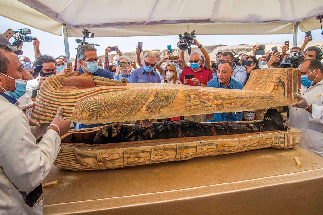 2020年10月3日,埃及旅遊和文物部召開記者會展示近期考古的驚人發現,並現場開啟兩具裝飾華麗的古棺,棺木內刻有色彩鮮豔的像形文字,用葬布包裹的木乃伊也保存得非常完好。(KHALED DESOUKI/AFP via Getty Images)