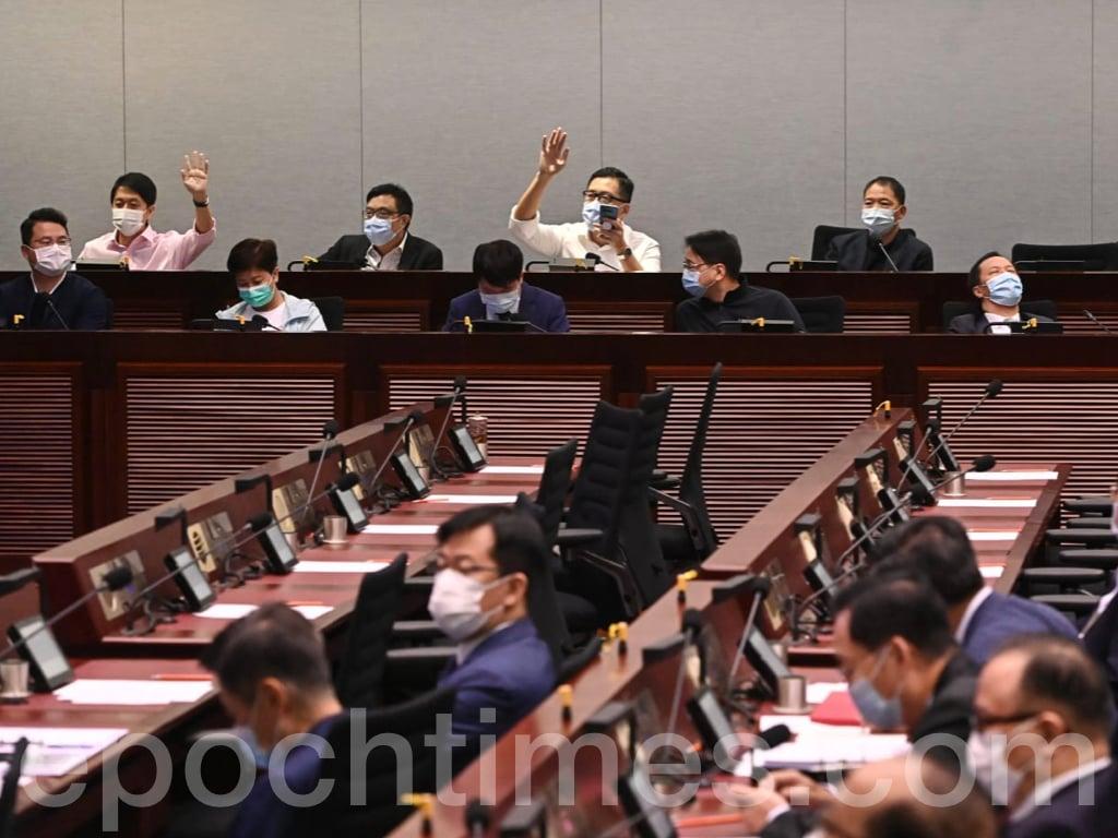今日(10月16日),立法會延任後的新年度多個事務委員會繼續就正、副主席進行選舉。部份委員會選出主席,副主席選舉則留待下次會議處理。(宋碧龍 / 大紀元)