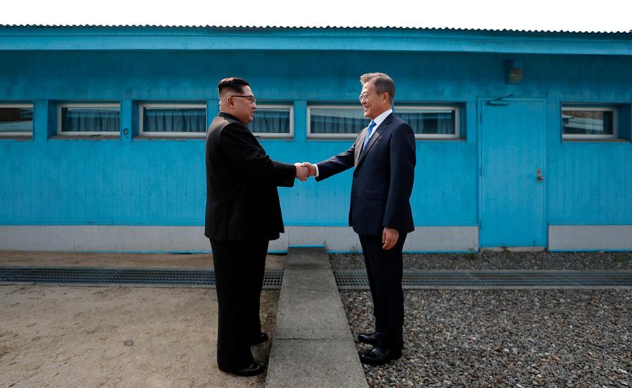 朝鮮領導人金正恩和韓國總統文在寅於2018年4月27日在板門店分界線上握手。(KOREA SUMMIT PRESS POOL/AFP via Getty Images)