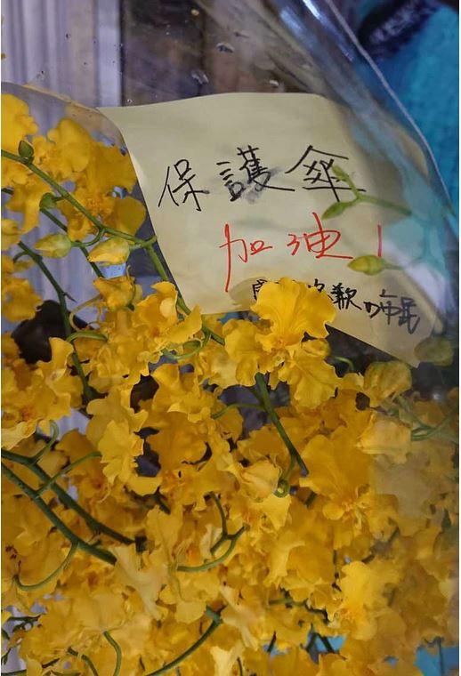 「保護傘」餐廳遇襲,今明暫停營業,有市民送上黃色花束慰問。(《蘋果日報》)
