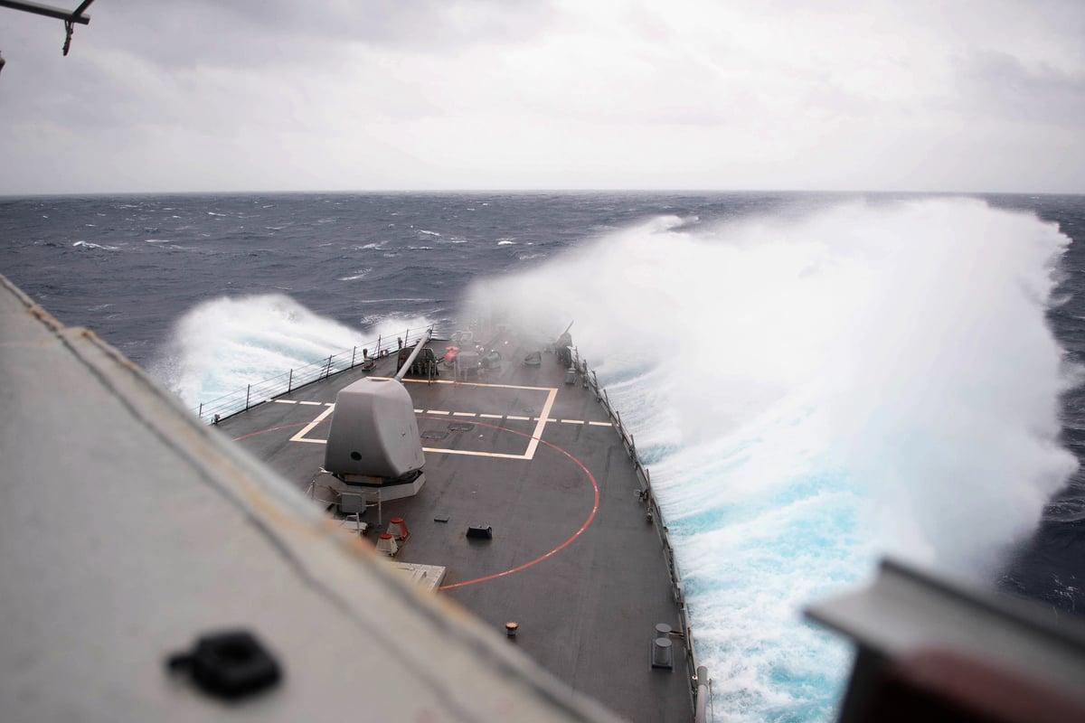 10月14日,美國海軍貝瑞號驅逐艦(又譯巴里號,DDG 52)在台灣海峽乘風破浪。(US Navy)