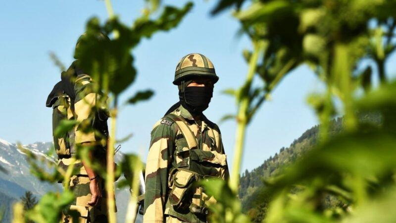 圖為印度邊境駐守的士兵。(TAUSEEF MUSTAFA/AFP via Getty Images)