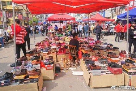 中共五中全會前夕,曾高調叫停李克強地攤經濟的北京市當局推出「擺攤」新規,允許臨時佔用公共空間進行特色經營活動,並強調,這不是亂擺亂設的「地攤經濟」。(網絡圖片)