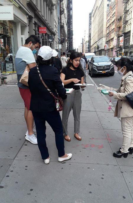 義工在紐約曼哈頓徵簽。(全球退黨服務中心提供)