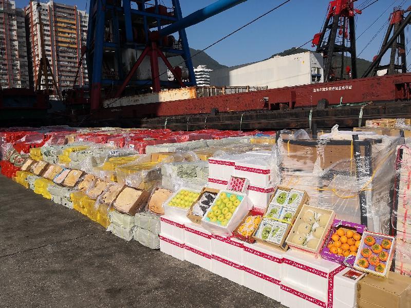 海關檢獲的凍肉、水果。(政府新聞網)